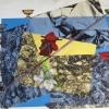 Construction_géométrique_à_la_diagonale_et_figuration_collée_plume_et_fleurs_en_plastique