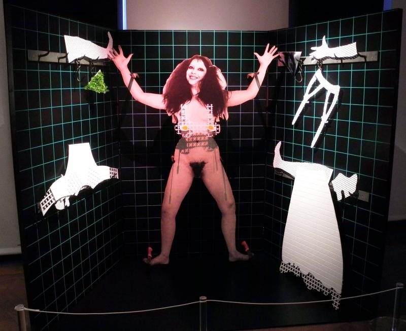 Panoplie de la fille bonne à marier, ORLAN réactive son œuvre avec elle-même en essayant la jupe et le soutien-gorge avec œufs durs, 1981